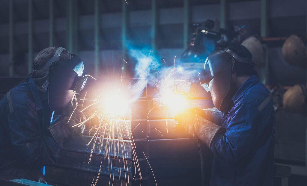 Зварювальники виготовляють металевий виріб